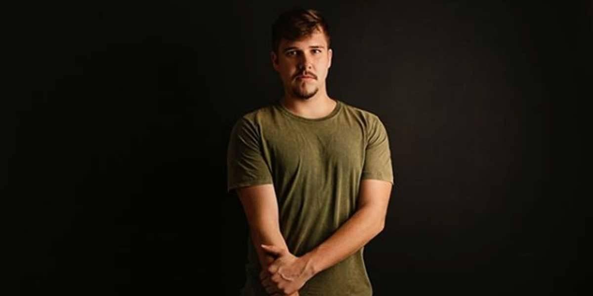 Cantor sertanejo de 22 anos morre em acidente com carreta