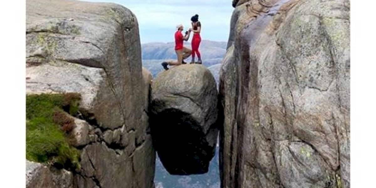 """""""Ella dijo que sí, pero creo que sólo quería salir de ahí"""": le propuso matrimonio a su amada en una roca entre dos acantilados"""