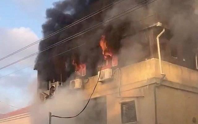 Un incendio en la casa de Carmel Mauda en la ciudad central de Rosh Ha'ayin el 6 de julio de 2019.