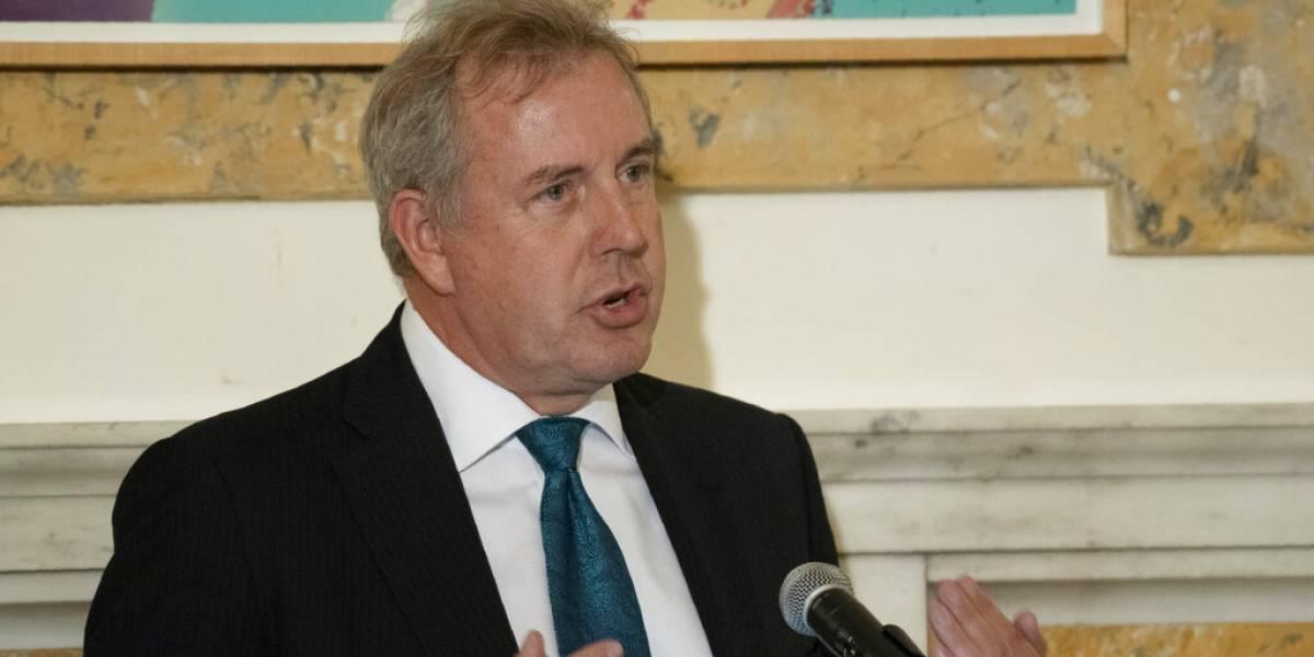 Renuncia embajador británico en EU tras pelea con Trump