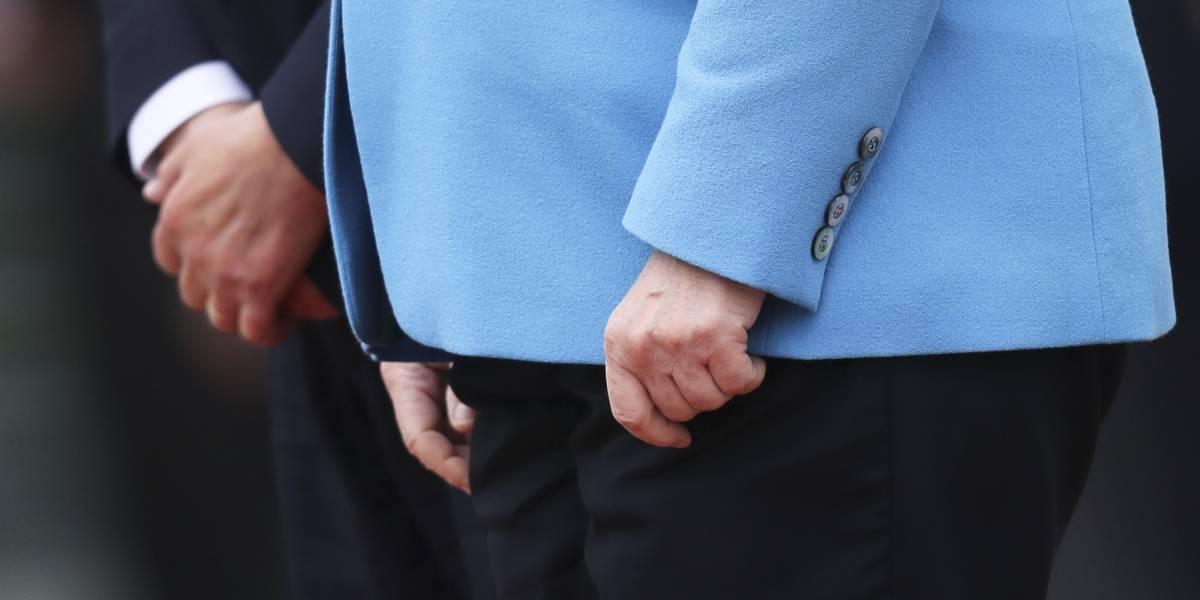 Por tercera vez, Angela Merkel tiembla en evento público