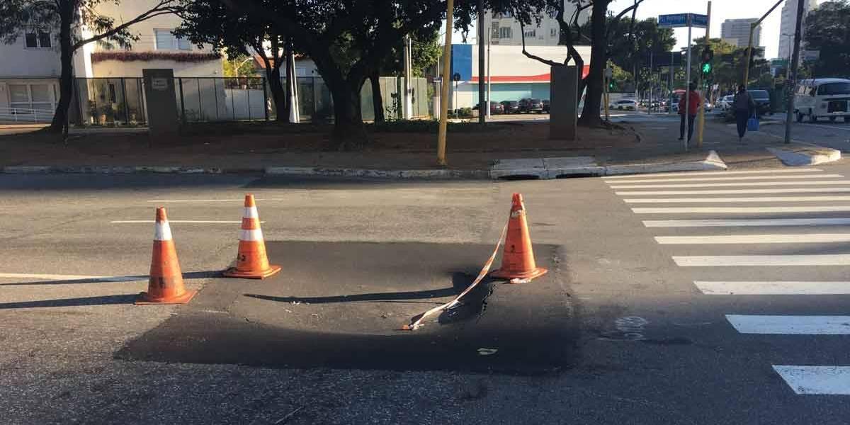 Buraco de 1 metro de diâmetro ocupa faixa da avenida Brasil