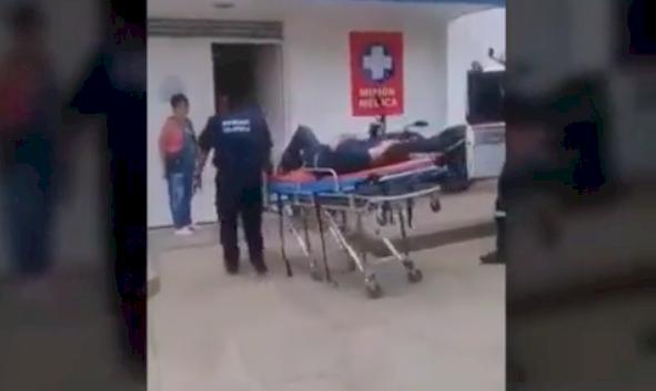 (Video) Paramédico deja caer a paciente de la camilla cuando lo bajaba de la ambulancia