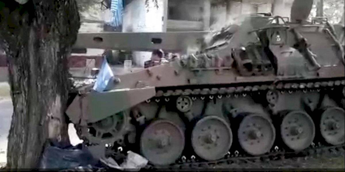 Vergüenza nacional: tanque argentino sin frenos chocó con un árbol en desfile militar