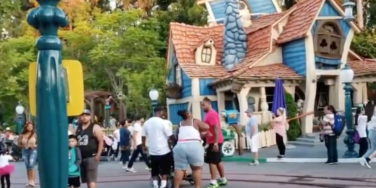Video: brutal pelea de una familia en medio de un parque de Disney atemorizó a los visitantes