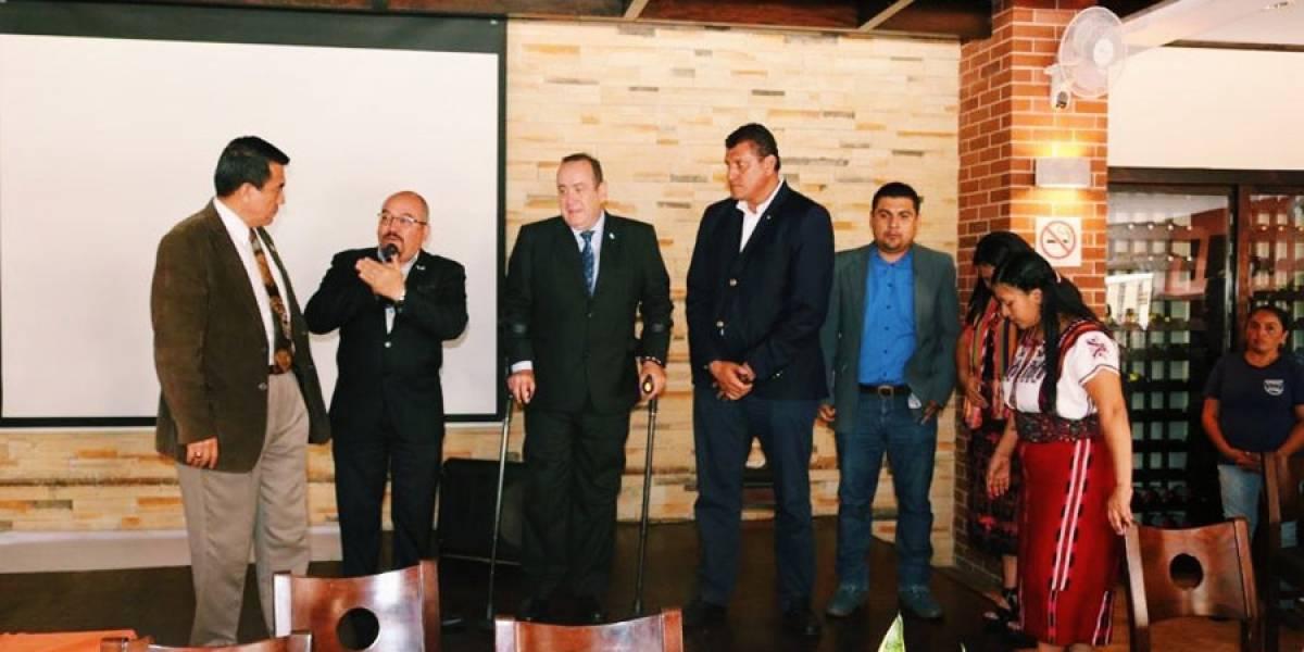 Giammattei se reúne con pastores evangélicos y autoridades ancestrales