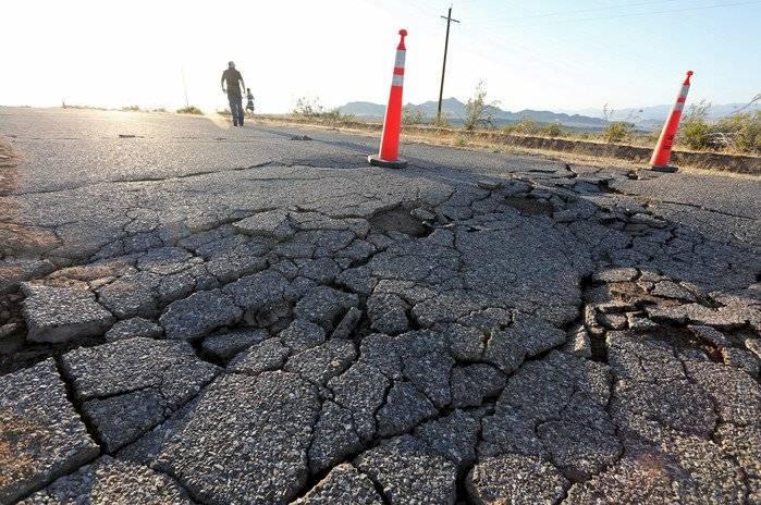 Grieta tras terremoto en California