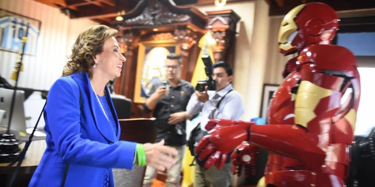 VIDEO. Neto Bran le presenta su traje de Iron Man a Sandra Torres