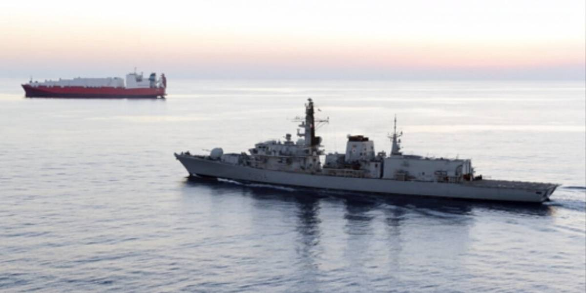 Se eleva la tensión: Reino Unido acusa que barcos iraníes intentan bloquear a buque británico