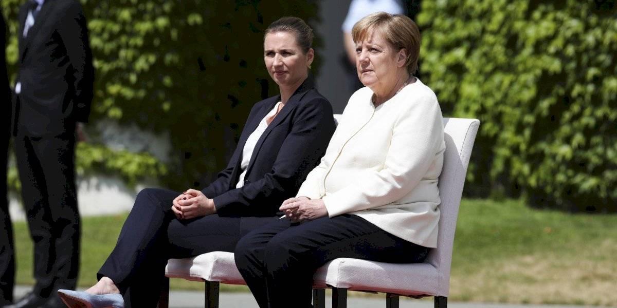Merkel aparece sentada en un acto oficial tras temblores