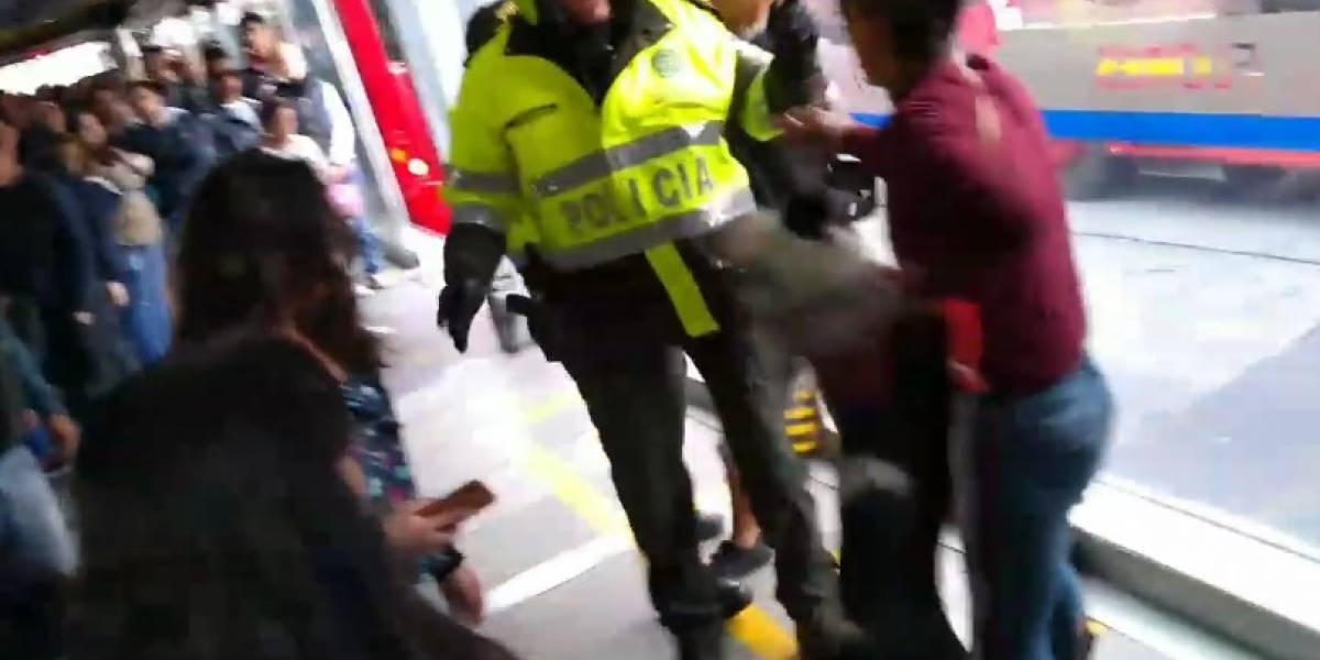 Ataque de un perro a agentes de policía en plena estación de TransMilenio
