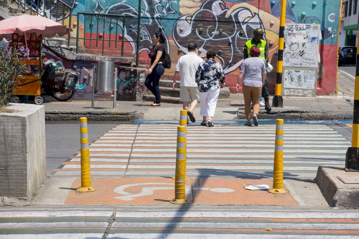 En la calle 5, a la altura de Comfenalco, el paso para personas con movilidad reducida que se abrió con la instalación de un semáforo fue tapado con delineadores tubulares. Foto: Hroy Chávez