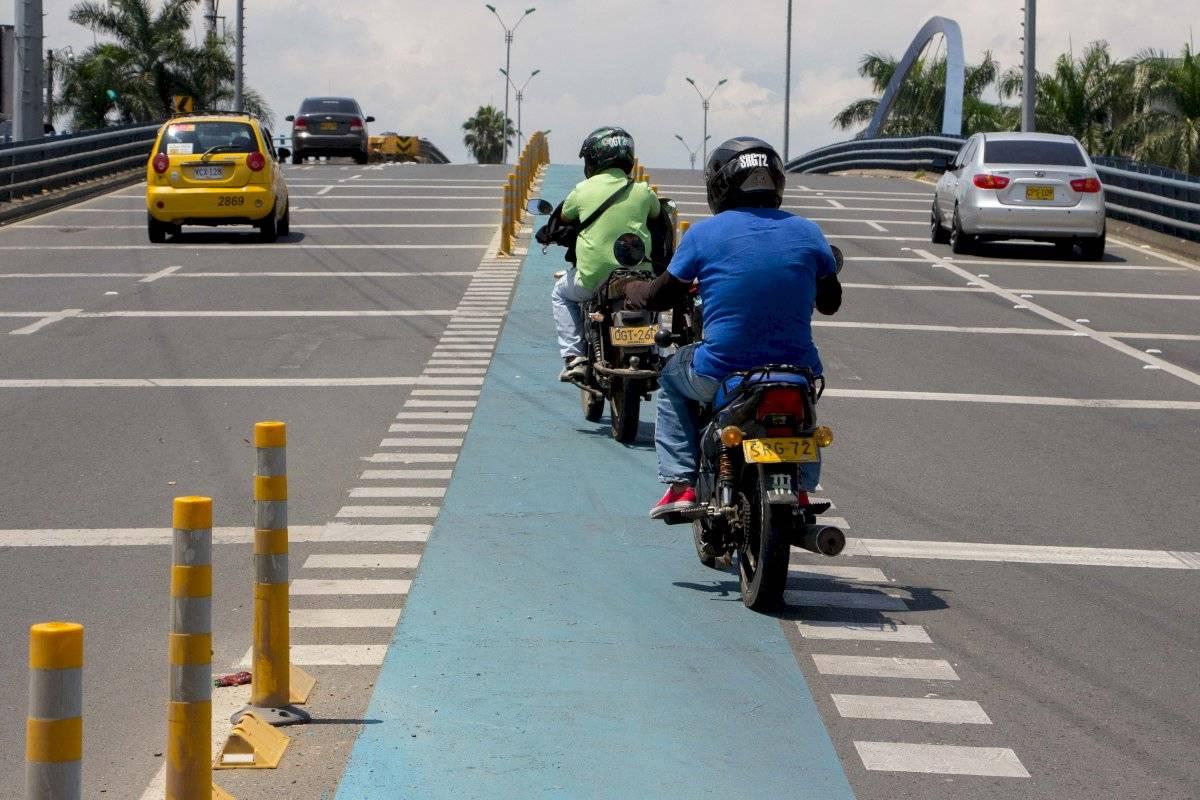 En el puente de la carrera 44 que pasa sobre la autopista suroriental se construyó una franja para bicicletas. Cuando los vehículos motorizados necesitan pasar de un carril a otro deben cruzar dicha franja. Foto: Hroy Chávez