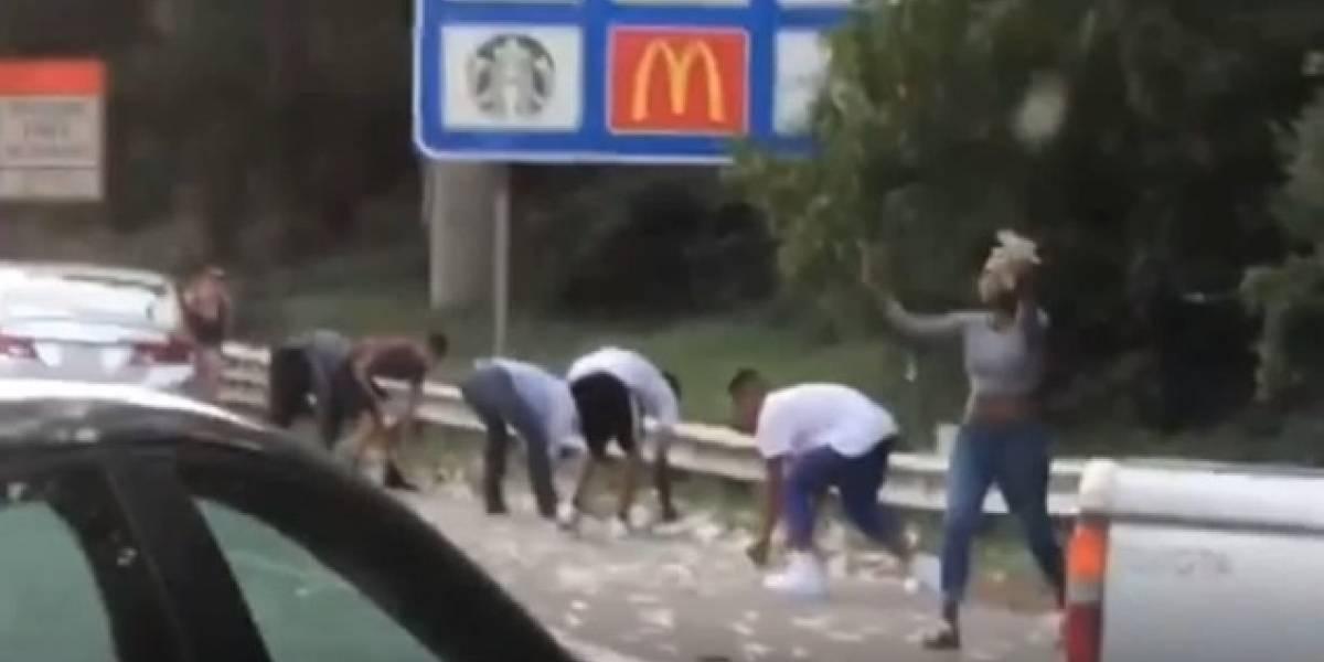 Chuva de dinheiro causa tumulto em rodovia e policiais fazem pedido: 'Devolvam, isso não pertence a vocês'