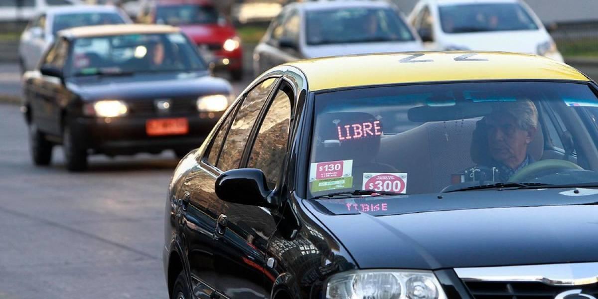 """Legal, pero más cara: así es """"Taxi-Aeropuerto"""" la app de los taxistas para ir al terminal aéreo"""