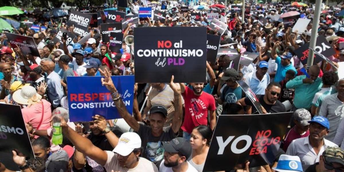 Cientos de dominicanos marchan contra reforma para otra reelección de Medina