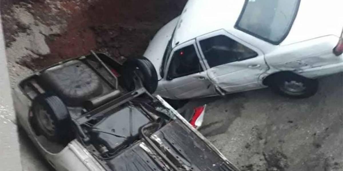 Se abre socavón en Ecatepec; caen dos vehículos