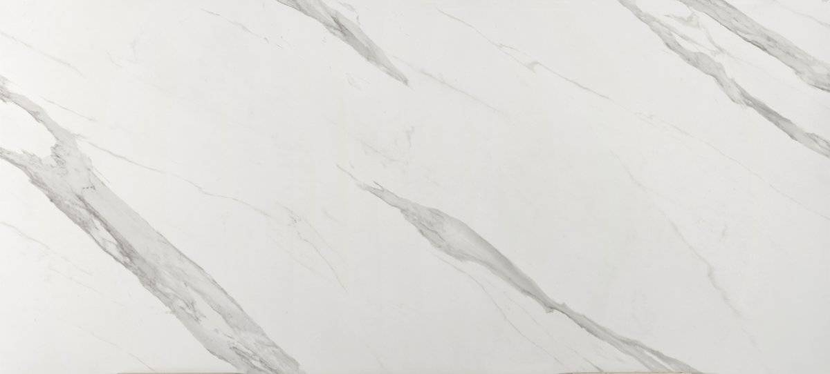 Olimpo: Se inspira en el mejor mármol de Carrara para los clientes más exigentes. La veta marcada y elegante contra el fondo blanco suave queda acentuada por su deslumbrante brillo. Cortesía: Cosentino