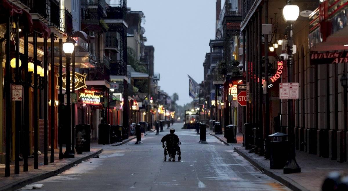 Un hombre en silla de ruedas avanza por la emblemática calle Bourbon Street en el Barrio Francés de Nueva Orleans, la mañana del sábado 13 de julio de 2019, mientras la tormenta tropical Barry se acerca a tierra firme Foto AP/David J. Phillip
