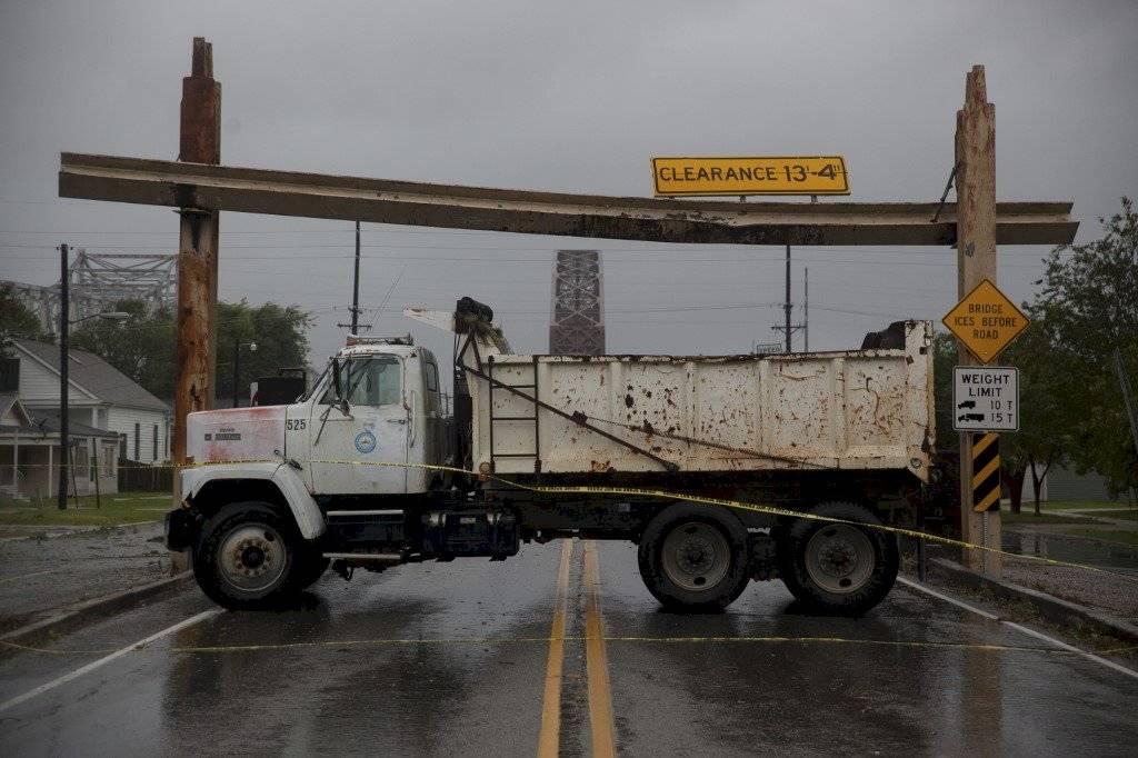 Camión bloquea paso en una calle de Morgan City