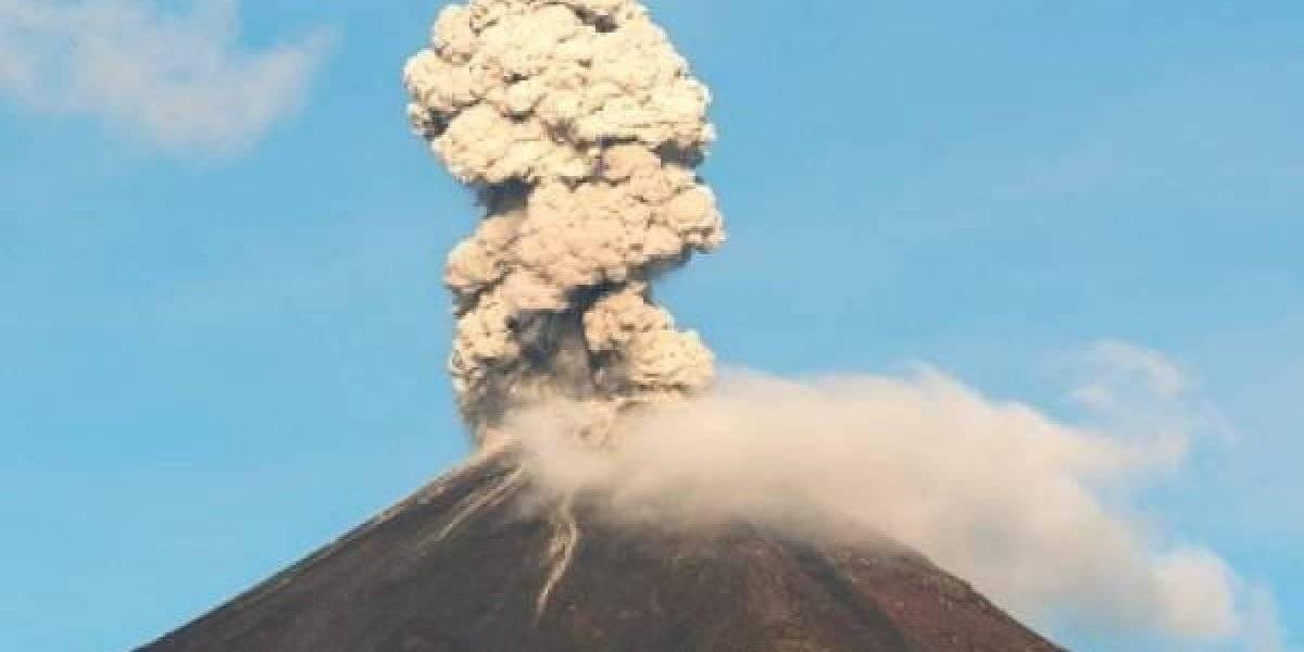 Volcán Reventador emana columnas de vapor y ceniza