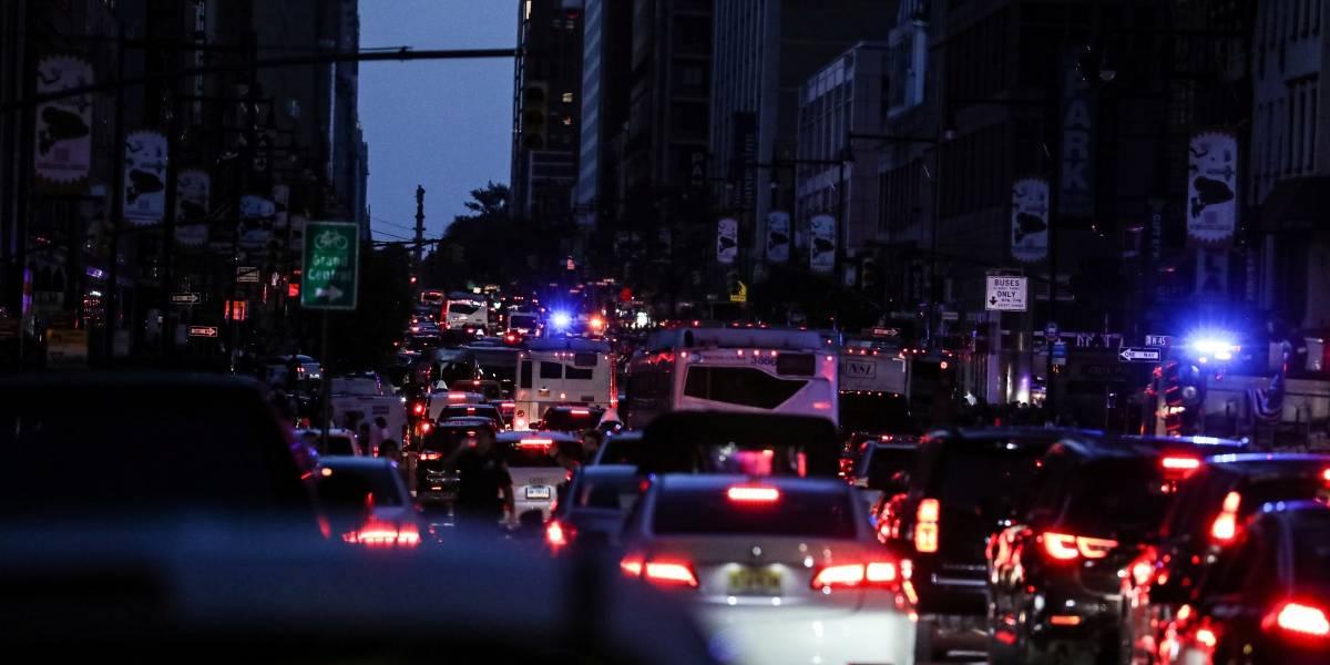 Apagão deixa boa parte de Manhattan, em Nova York, no escuro