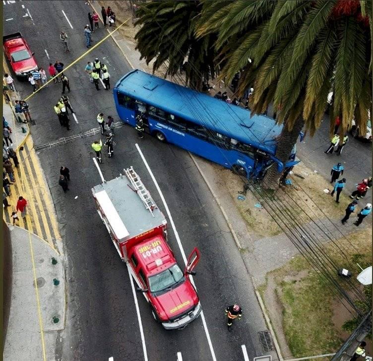 Quito: Bus se chocó contra árbol en la Av. Naciones Unidas