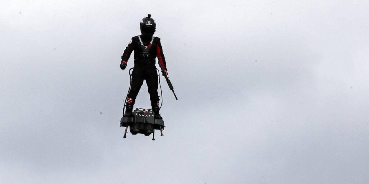 Un soldado volador destaca en el desfile del Día de la Bastilla