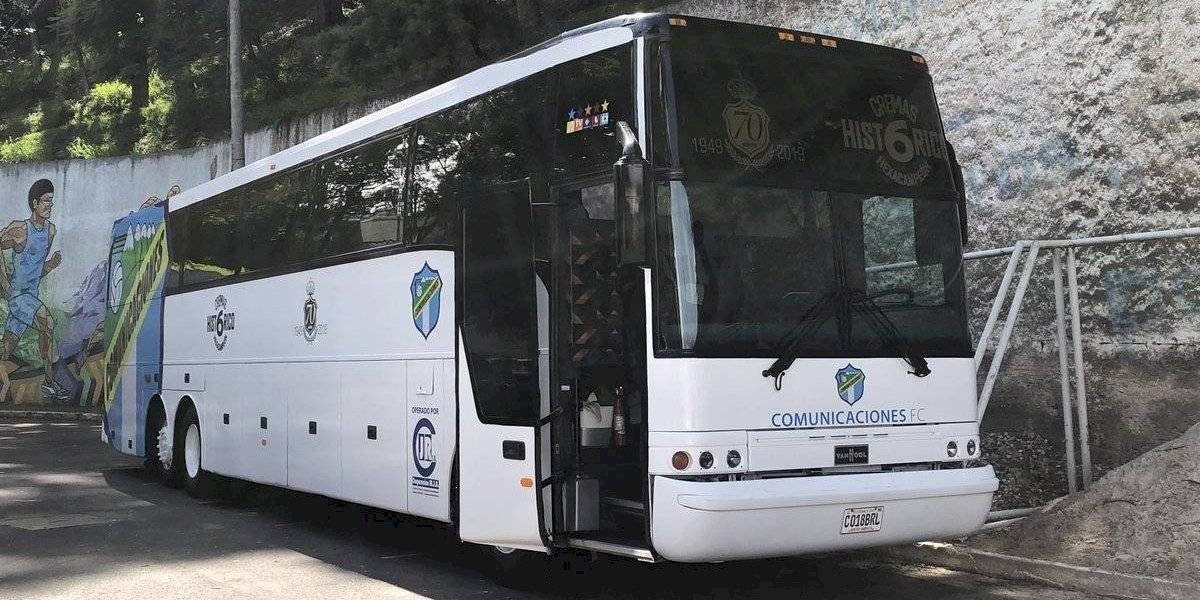Cremas llegan al estadio Doroteo Guamuch Flores en su nuevo bus
