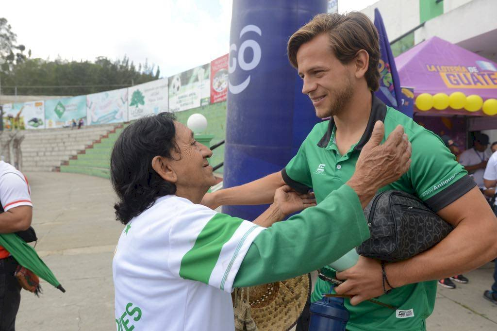 Foto Omar Solís | Jugadores de Antigua GFC reciben la bendición de Carmen Rodríguez