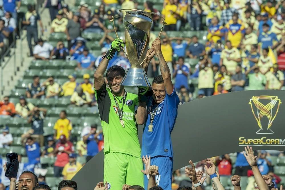 El capitán Jesús Corona fue el encargado de alñzar la Súper Copa./ Mexsport