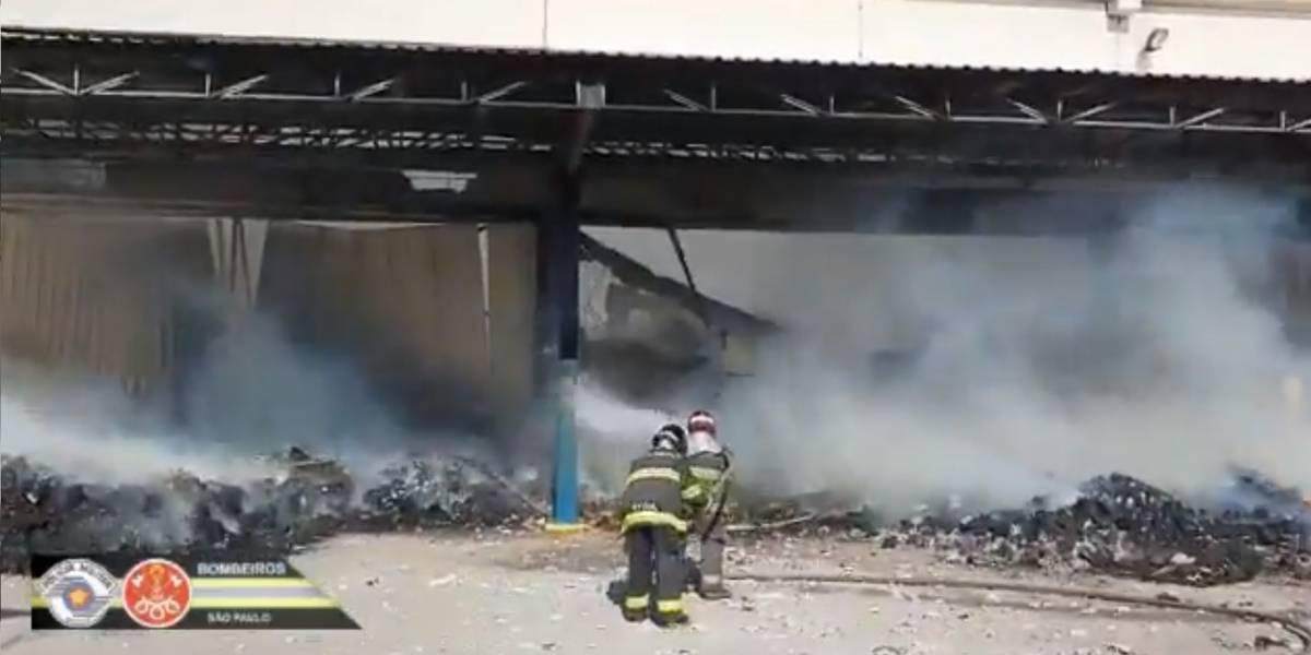 Incêndio em galpão na Grande São Paulo mobiliza mais de 70 bombeiros
