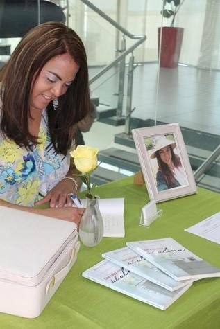 La autora Milena Delgado firma ejemplares