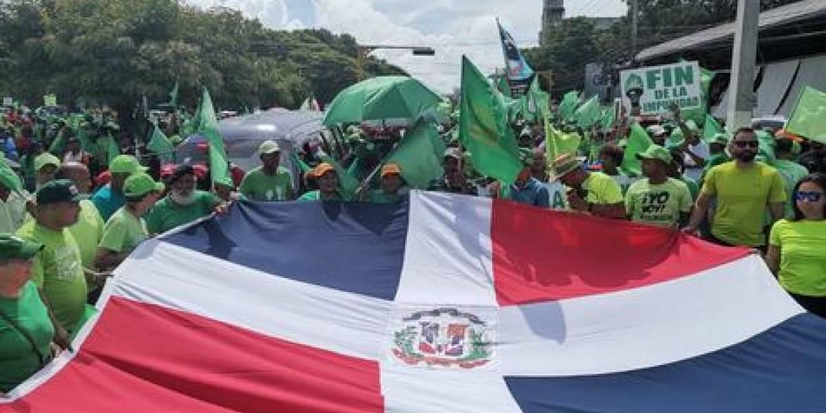 Cientos de dominicanos marchan contra la reelección y corrupción
