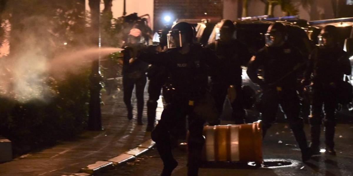 Policías dispersan a manifestantes con gases lacrimógenos
