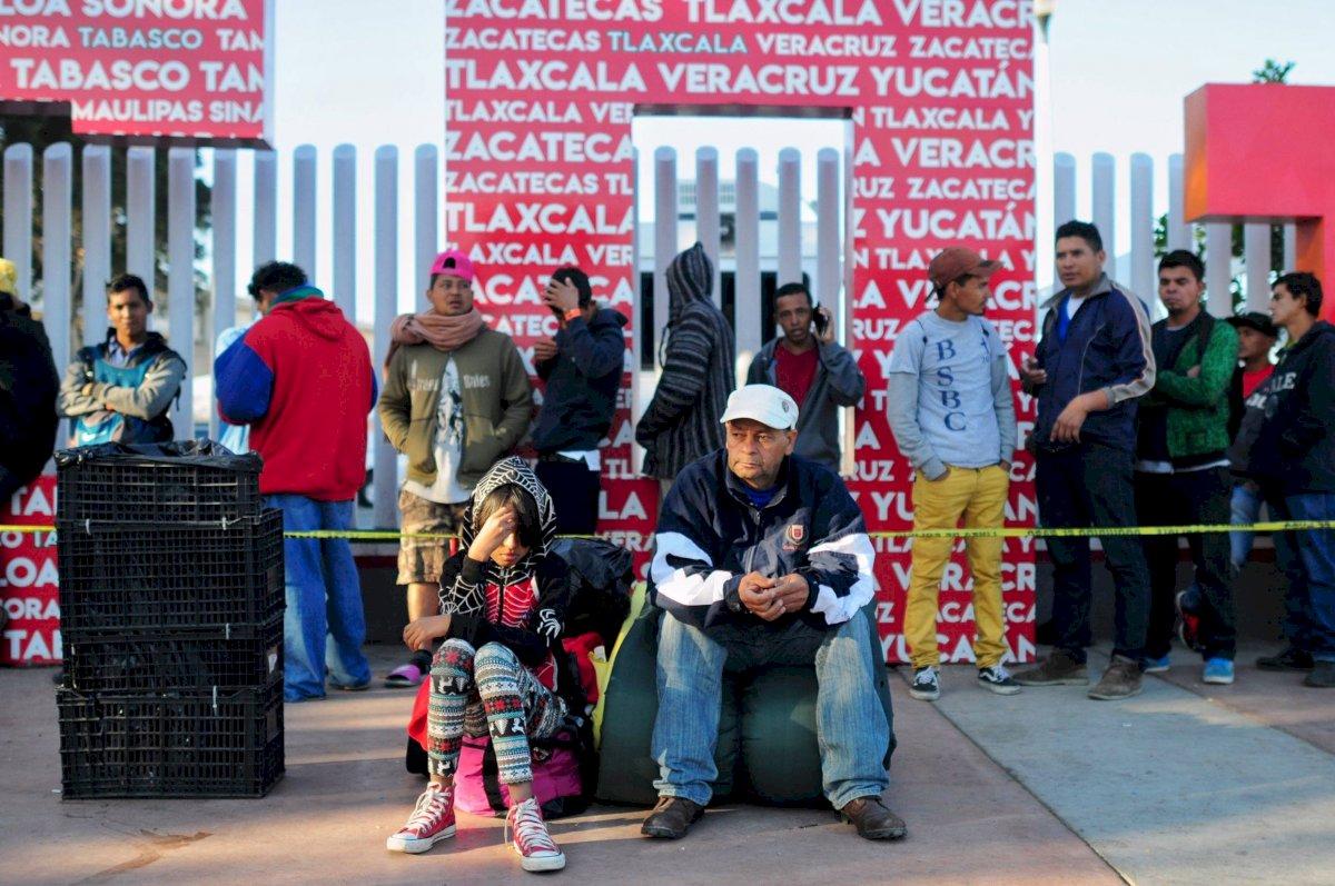 Integrantes de la Caravana Migrantes presentan su solicitud de asilo humanitario en Estados Unidos. Foto: Cuartoscuro