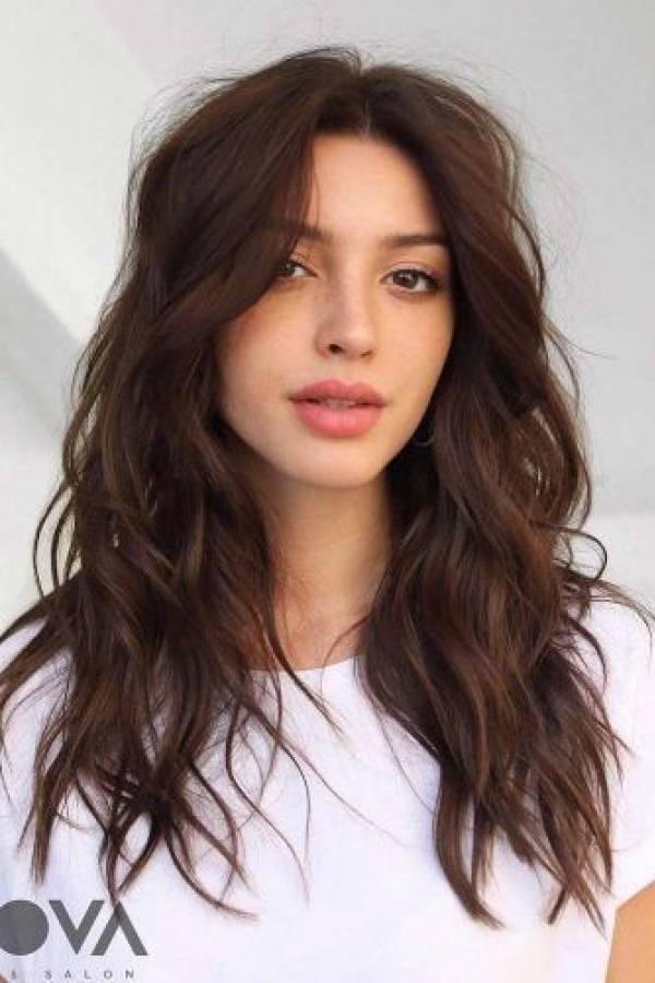 Corte de cabello ondulado en capas largas