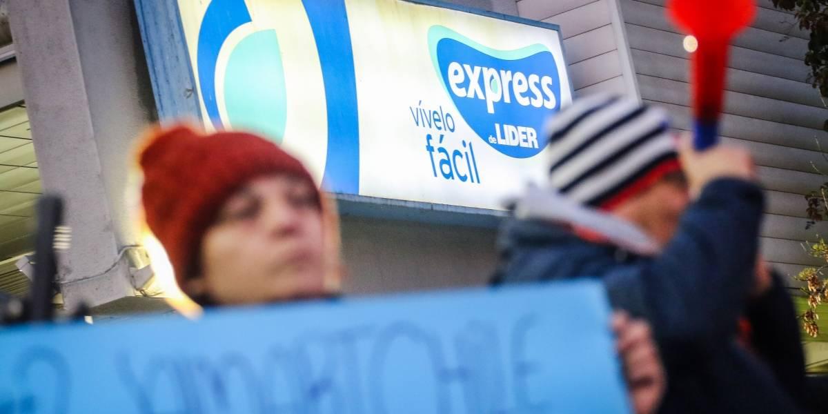 """Sexto día de huelga: Wallmart vuelve al diálogo pero acusa """"actos de violencia"""" a trabajadores no adheridos al paro"""