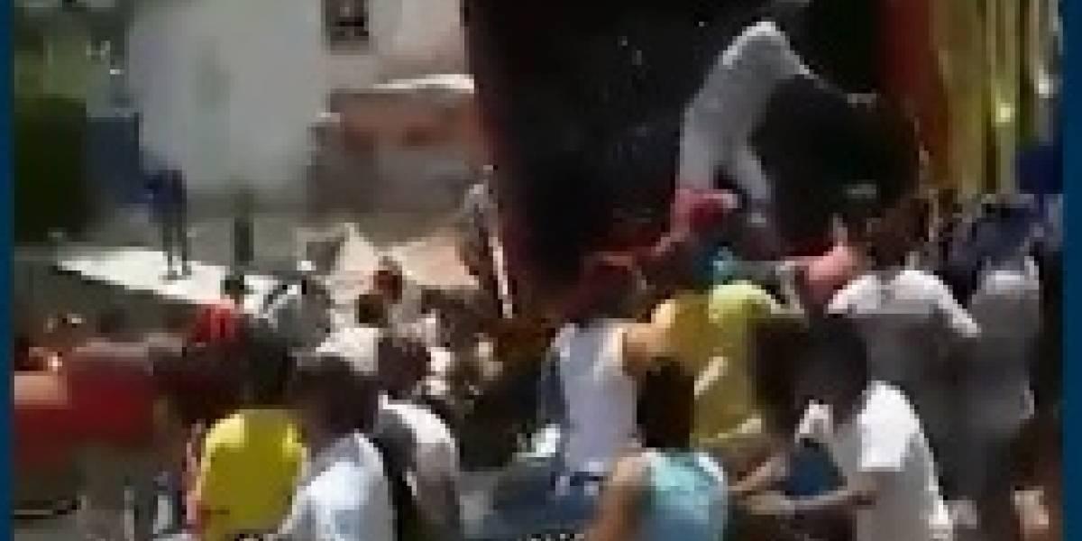 En video: Saquearon camión de cerveza cuando su conductor perdió el control en una loma