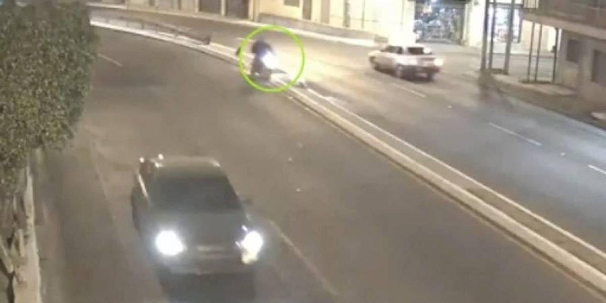 VIDEO. Dos personas en moto se accidentan por viajar a excesiva velocidad
