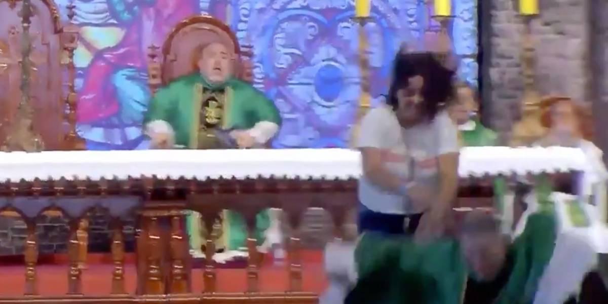 (Video) Mujer empujó a sacerdote en plena misa y lo hizo caer al vacío