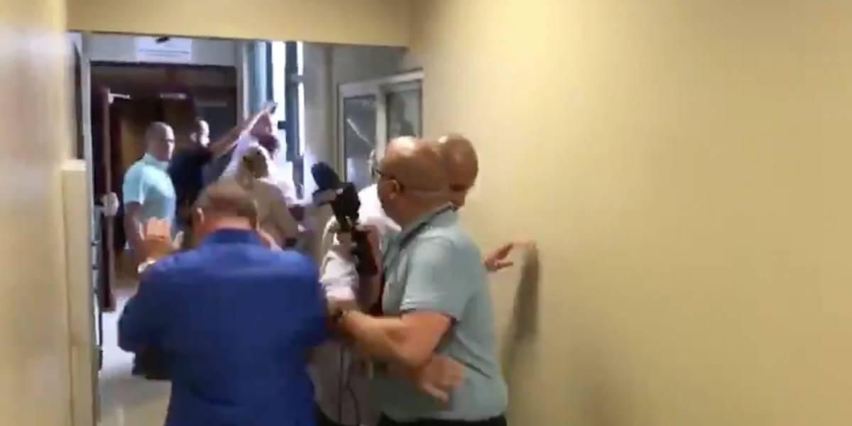 A empujones escoltas impiden que periodista le hiciera preguntas al gobernador Ricardo Rosselló