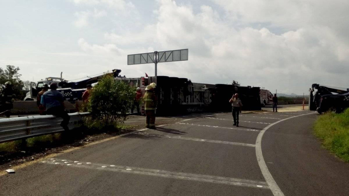 Volcadura de tráiler provocó cierre de carretera a Chapala ante riesgo de explosión