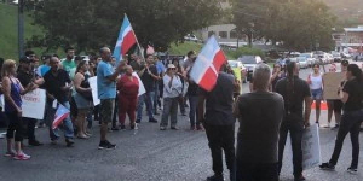 Protesta en Lares por visita del gobernador para disculparse con hombre del cual se burló en el chat