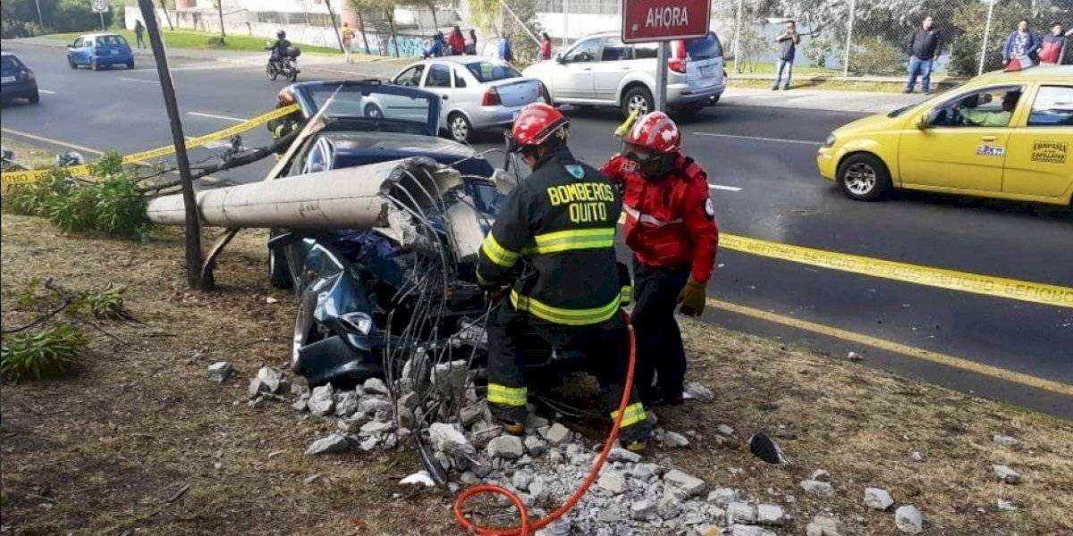 Quito: Automóvil se impactó contra poste de luz
