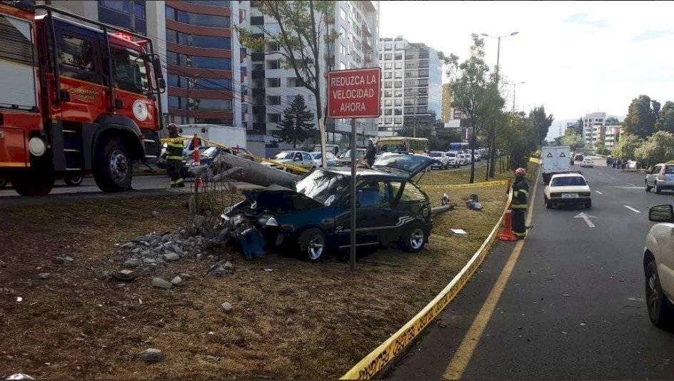 Automóvil se impactó contra poste de luz