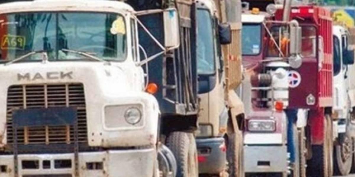 Reportan poste caído tras camión llevarse tendido eléctrico