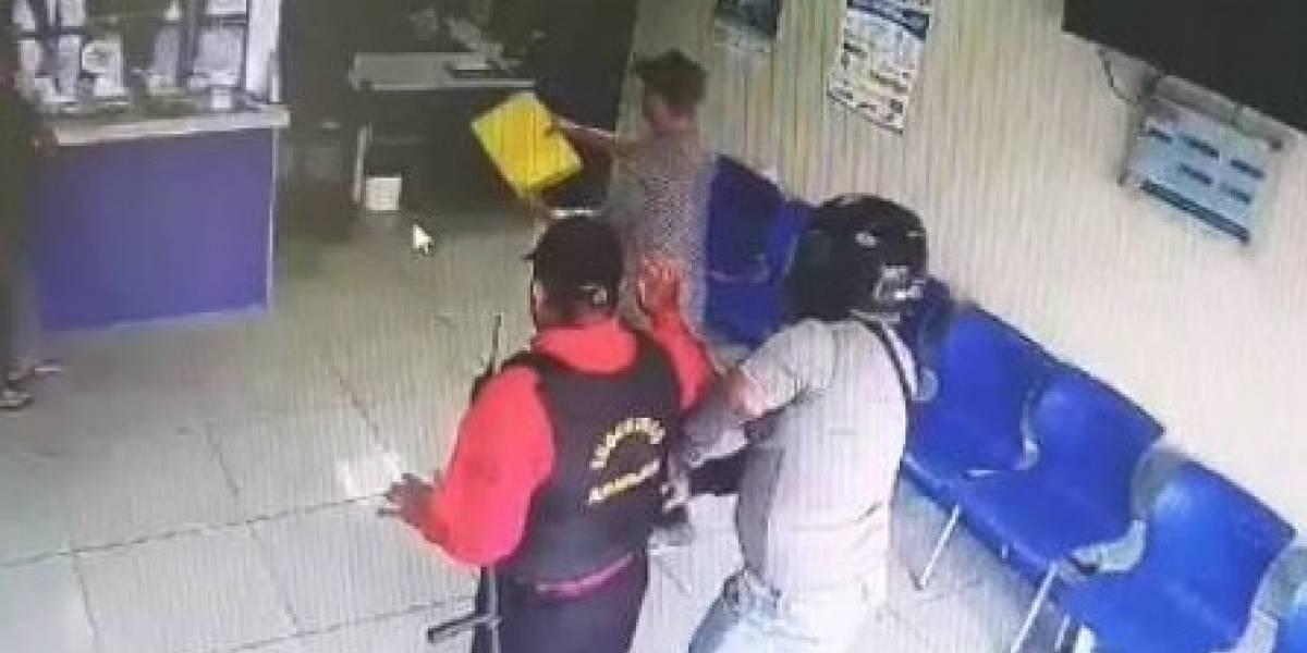 Cámaras de seguridad captan robo a mano armada en una agencia de CNEL en Quevedo