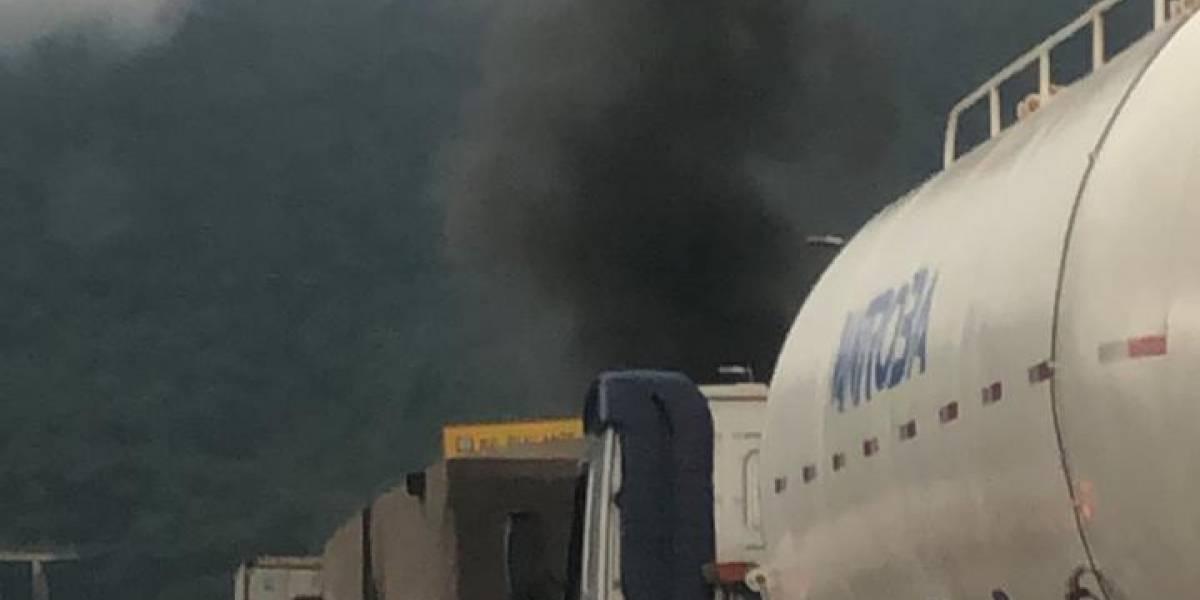 Caminhão que transportava ácido sulfúrico pega fogo na rodovia dos Imigrantes