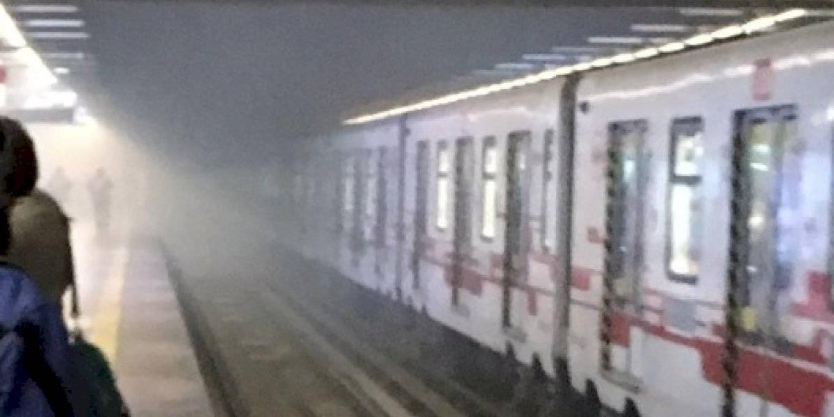 """Pasajeros reportan """"explosión"""" en Metro Estación Central: Línea 1 se mantuvo detenida por fuertes ruidos y humo"""